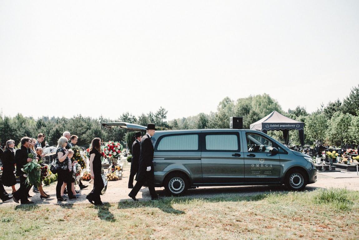 karawan na cmentarzu