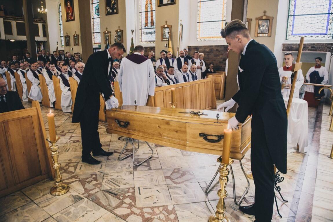 trumna na pogrzebie